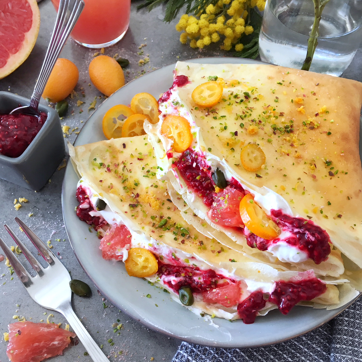 crepes-creme mascarpone-confiture chia et fruits rouges-thegoodandthefood