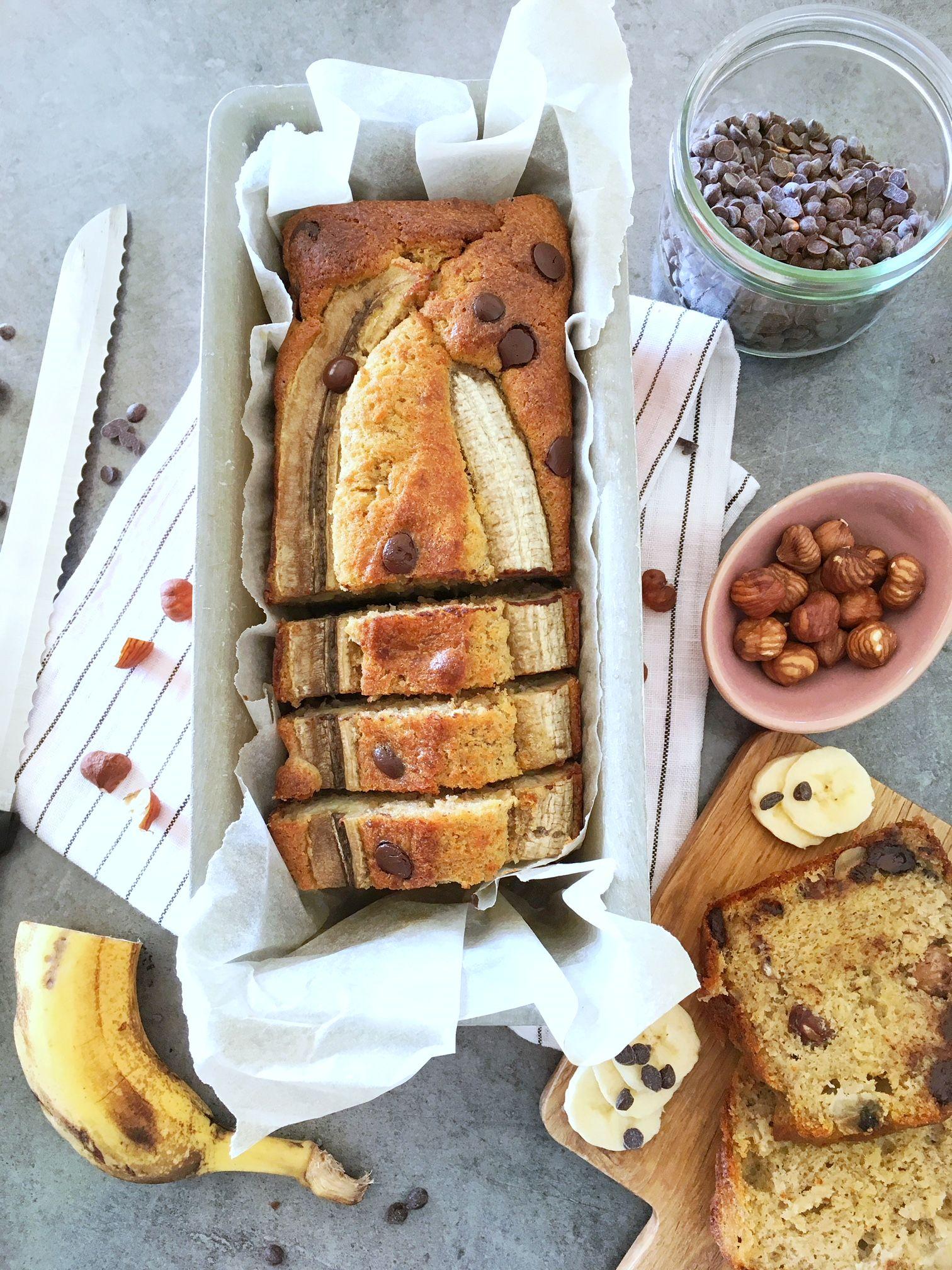 Banana bread moelleux aux pépites de chocolat et noisettes. Et avec peu de sucre.