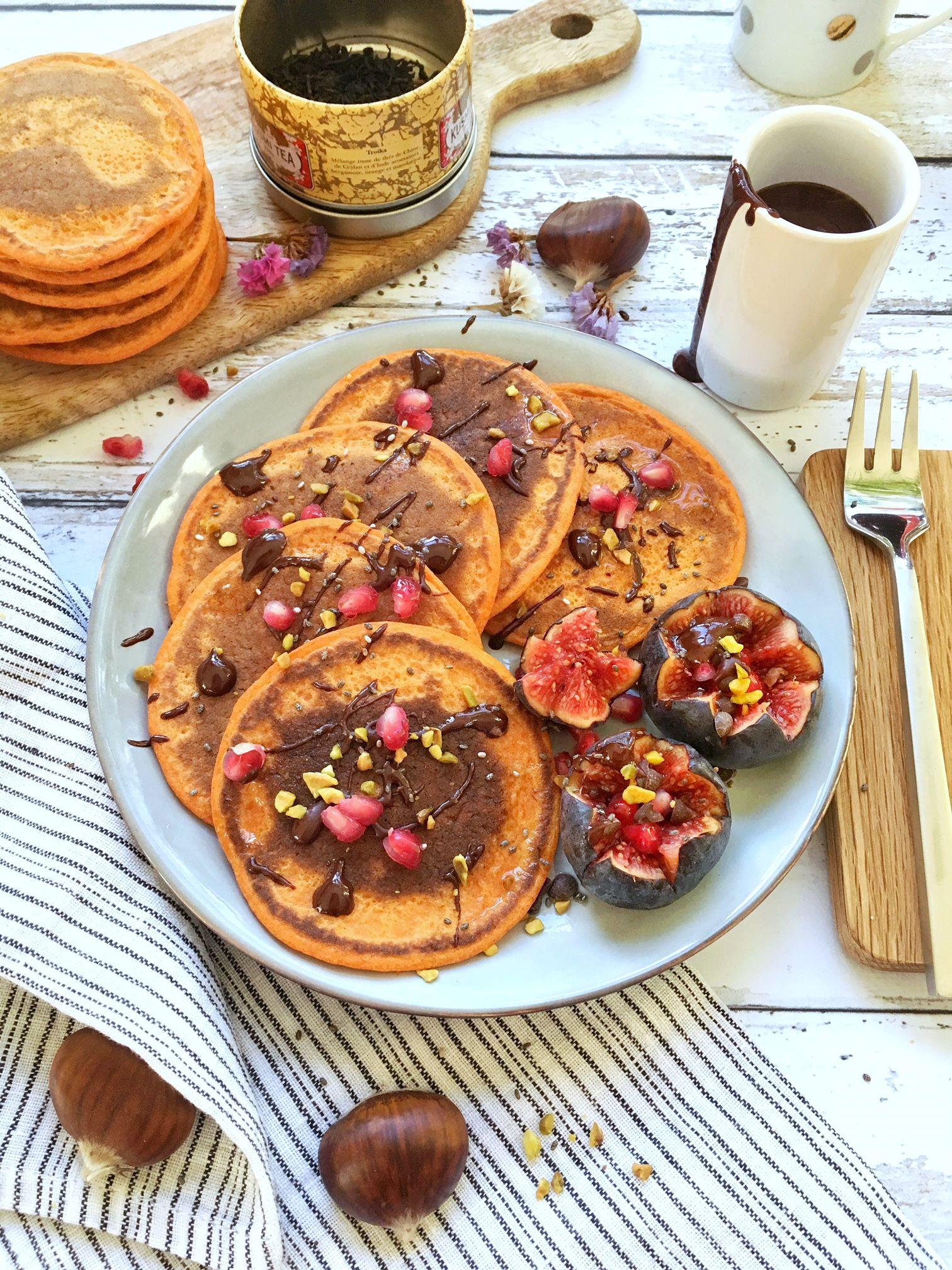 Des pancakes moelleux au potimarron et aux épices hyper gourmands servit avec du chocolat fondu et du sirop d'érable.