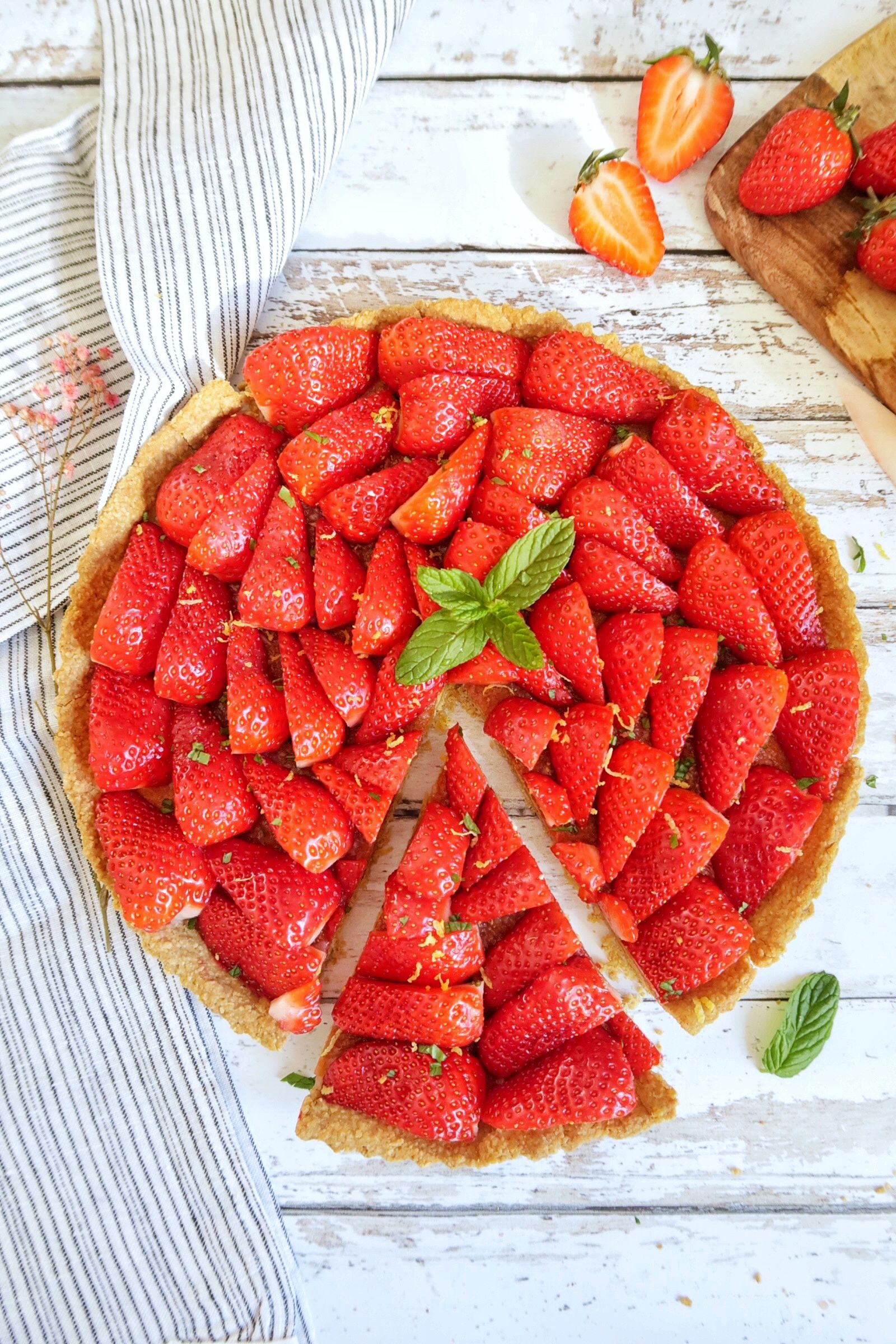 Une jolie tarte aux fraises pour se régaler des premières fraises du printemps. Avec une pâte à tarte sans gluten (aux flocons d'avoine), une crème frangipane et une légère couche de confiture de citron qui amènera un peu de pep's et d'acidité à notre tarte.