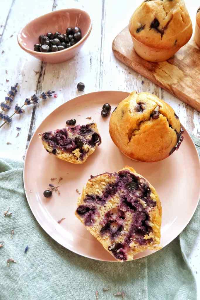 Des petits muffins à la myrtilles, à l'huile d'olive et à la lavande, ça vous tente? Si vous adorez l'odeur et les champs de lavande, cette recette est faites pour vous et respire le sud. Et en plus sans trop de sucre.